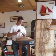 Hugues Hervy dans son atelier - L'Étrave